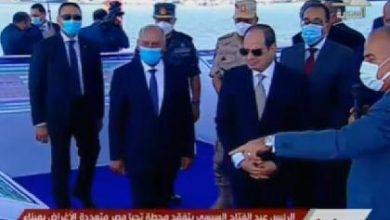 الرئيس السيسي يتفقد جونة البترول بميناء الاسكندرية البحري